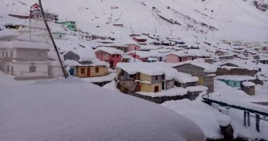 सर्दी आते ही पहाड़ों पर जबरदस्त बर्फबारी हो रही है। जिसकी वजह से पहाड़ी इलाकों का तापमान भी काफी गिर गया है। बद्रीनाथ में जमकर बर्फबारी हो रही है।