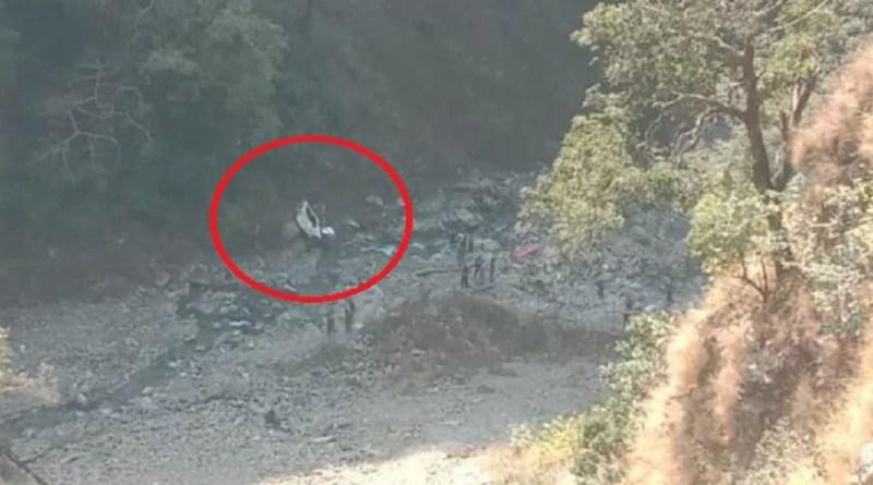 उत्तराखंड के टिहरी में खाड़ी-गाज मार्ग पर भीषण सड़क हादसा हुआ है। बेकाबू होकर एक कार 100 मीटर नीचे खाई में गिर गई है।