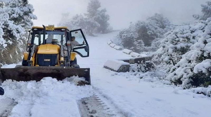 उत्तराखंड के पहाड़ी इलाकों में जमकर बर्फबारी हो रही है। बर्फबारी का जहां सैलानी आनंद ले रहे हैं। वहीं, इसका जनजीवन पर बुरा असर पड़ा है।