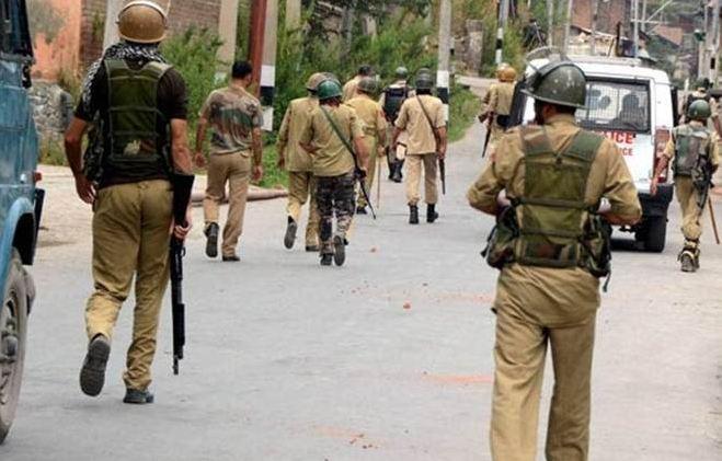 बहादुरी के लिए राष्ट्रपति पदक से सम्मानित पुलिस अधिकारी को जम्मू-कश्मीर में हिज्बुल के दो आतंकियों के साथ गिरफ्तार किया गया है।
