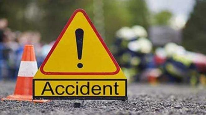 लक्ष्मीपुर के सहसपुर मुख्य बाजार में 12 साल की बच्ची को एक बेकाबू ट्रक ने कुचल दिया। हादसे में उसकी मौके पर ही मौत हो गई।