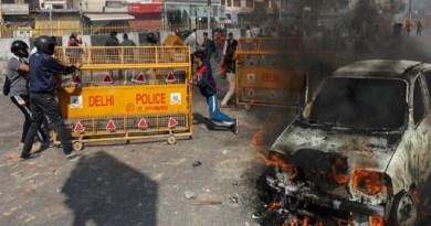 दिल्ली के जाफराबाद में नागरिकता संशोधन कानून को लेकर दो गुटों में रविवार को झड़प के बाद सोमवार को भी जमकर झड़प हुई।