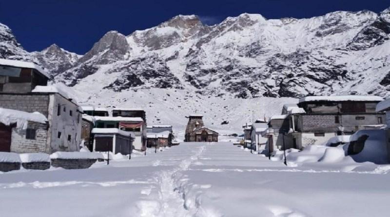 उत्तराखंड में एक बार फिर मौसम का मिजाज बदल गया है। शुक्रवार दोपहर बाद मौसम ने करवट ली और पहाड़ियों इलाकों में जमकर बर्फबारी हुई।