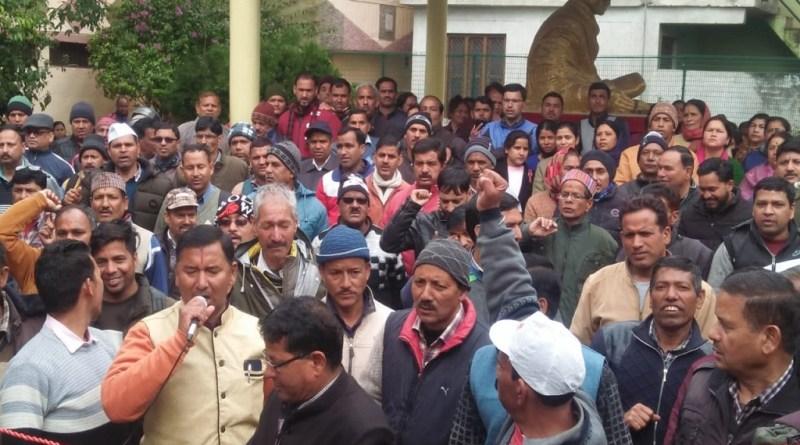 उत्तराखंड में पदौन्नति में आरक्षण के मुद्दे पर विरोध प्रदर्शन जारी है। लगातार कर्मचारी सड़कों पर उतर रहे हैं।