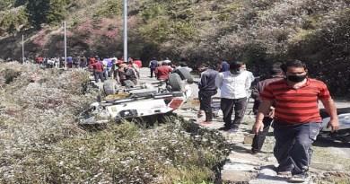 उत्तराखंड में लॉकडाउन के बीच दर्दनाक हादसा हुआ है। नैनीताल जिले ओखलाखंडा ब्लॉक में 300 मीटर गहरी खाई में एक जीप गिर गई।