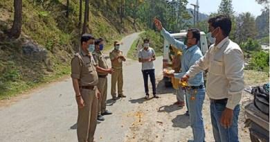 चमोली जिले के थराली में नंदादेवी स्वायत्त सहकारिता समिति की तरफ पुलिस वालों के सम्मान में उन पर फूल बरसाए गए।