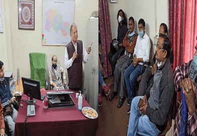 हिन्दी पत्रकारिता दिवस के मौके पर अल्मोड़ा में शनिवार को वरिष्ठ पत्रकार प्रकाश पांडे की अध्यक्षता में जिला सूचना कार्यालय में एक संगोष्ठी का आयोजन किया गया।
