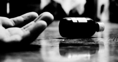 कोरोना महामारी को रोकने के लिए देशभर में लगाए गए लॉकडाउन का साइड इफेक्ट तेजी से बढ़ रहा है। अल्मोड़ा के स्याल्दे तहसील में आर्थिग तंगी की वजह से एक महिला ने जहर खा कर खुदकुशी कर ली।