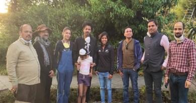 कोरोना महामारी के बीच अल्मोड़ा में फंसे फिल्म अभिनेता मनोज वाजपेयी ने शहर का दीदार किया। करीब दो महीने से शहर में फंसे मनोज बुधवार को परिवार के साथ अचाना बजार पहुंचे और यहां कमाऊ की पारंपरिक ज्वैलरी की जानकारी ली।