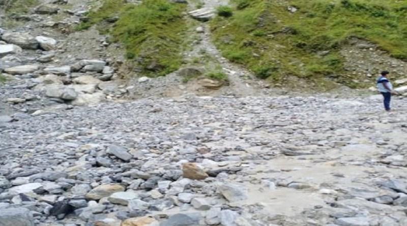 उत्तराखंड में शुक्रवार रात हुई तेज बारिश ने काफी बर्बादी मचाई है। लंबे वक्त तक हुई तेज बारिश ने पहाड़ी इलाकों में जन-जीवन अस्त-व्यस्त कर दिया है।