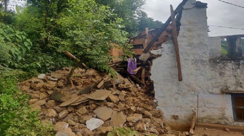 उत्तराखंड में कोरोना वायरस के कहर के बीच बारिश ने कोहरा मचा रखा है। आसमान से बरस रही आफत ने जनजीवन को बुरी तरह प्रभावित किया है।