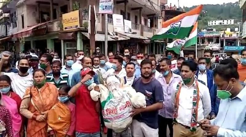 उत्तराखंड: द्वाराहाट विधायक के खिलाफ कांग्रेस का हल्ला-बोल, महेश नेगी का फूंका पुतला