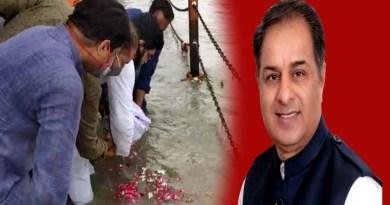 हरिद्वार: राजीव त्यागी की अस्थियों को बेटे ईशान ने गंगा में की प्रवाहित, दिल का दौरा पड़ने से हुई थी मौत