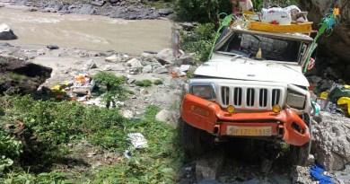देहरादून: अनियंत्रित होकर गहरी खाई में गिरा सेब से लदा वाहन, 3 लोगों ने कूदकर बचाई जान, हालत गंभीर