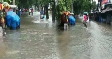 खटीमा शहर के कंजाबाग रोड की तस्वीरें बताती है कि इलाके में स्थिति बेहद खराब है। जहां देर रात से हो रही बारिश के पानी के घरों में घुस जाने से ना सिर्फ आम लोगों को परेशानी हो रही है