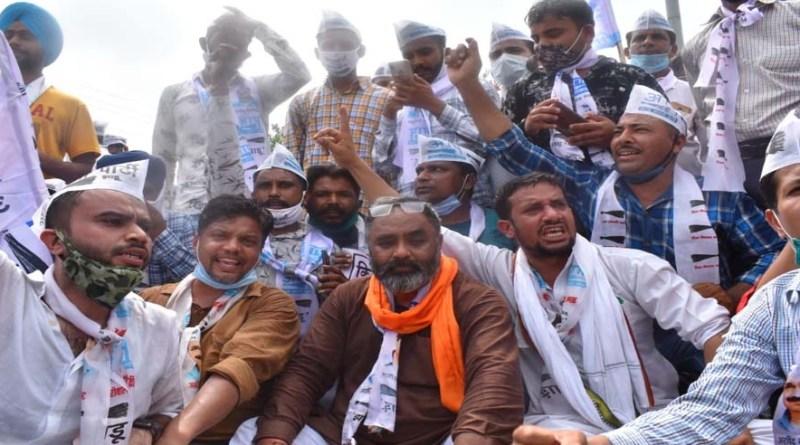 उत्तराखंड 'आप' का उधम सिंह नगर में प्रदर्शन, किसानों को उनका हक दिलाने की कही बात