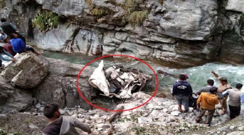 दुखद खबर: चमोली में गहरी खाई में गिरी कार, तीन लोगों की दर्दनाक मौत, परिवार में पसरा मातम