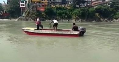 ऋषिकेश में लक्ष्मण झूला क्षेत्र में गंगा नदी में नहाते समय 21 साल के युवक की मौत हो गई है। गंगा नदी में शव की तलाश की जा रही है।