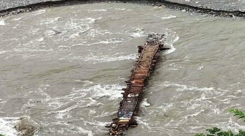 पौड़ी: जान हथेली पर लेकर लकड़ी का पुल पार कर रहे लोग! मांगे ना मानने पर अब किया प्रदर्शन का ऐलान