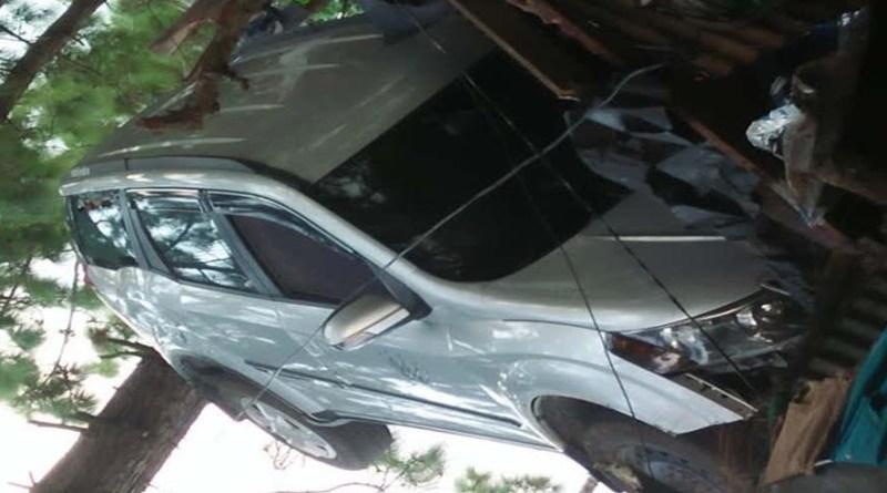 टिहरी: SSP दफ्तर के बाहर खड़ी कार बिना ड्राइवर के चली! सीधे सामने के घर में जा घुसी, हादसे में 4 लोग घायल