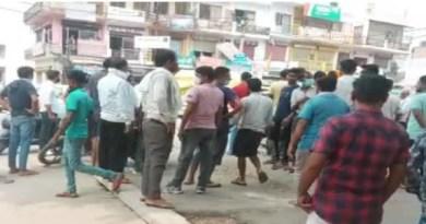 उत्तराखंड के हरिद्वार में बैयिर नंबर 6 में हनुमान मंदिर के पास नई शराब की दुकान खुलने से हिंदू संगठनों में खासा नाराजगी है। बुधवार को संगठन के कार्यकर्ताओं ने स्थानीय लोगों के साथ मिलकर शराब की दुकान खुलने के विरोध में प्रदर्शन किया।