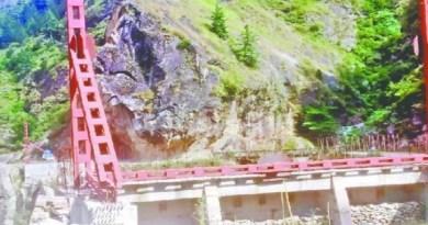 भारत और चीन के बीच जारी टेंशन के बीच चमोली में चीन की सीमा पर भारत एक पुल बना रहा है। इस पुलिस को BRO बना है।