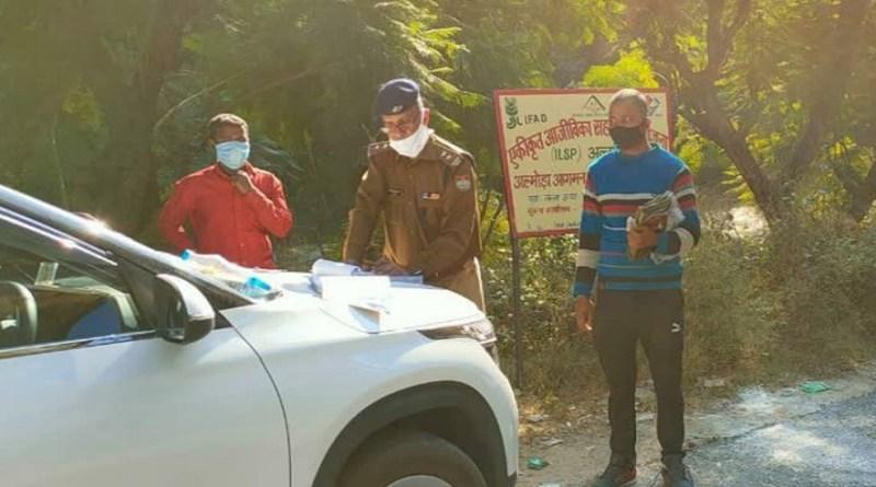 उत्तराखंड में कोरोना संक्रमण से लोगों बचाया जा सके। इसे लेकर पुलिस लगातार नियमों को सख्ती से पालन करवा रही है।