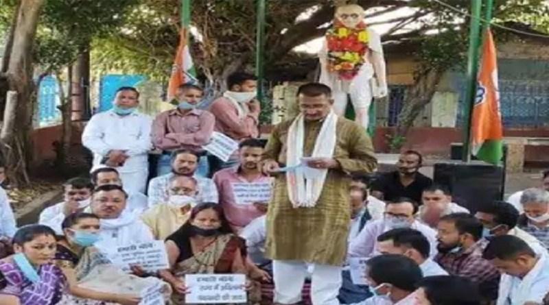 प्रदेश में चकबंदी व्यवस्था को लेकर कांग्रेस ने गांधी पार्क में धरना दिया। इस दौरान पुश्तैनी हक-हकूक बहाल करने पर जोर दिया गया।
