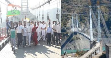 उत्तराखंड: CM से पहले ही कांग्रेसियों ने किया डोबरा-चांठी पुल का उद्घाटन, गेट तोड़कर किया पैदल मार्च