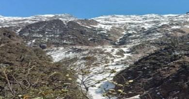 यमुनोत्री धाम में सीजन की पहली बर्फबारी हुई है। बर्फबारी से तीर्थ पुरोहितों और सैलानियों में खुशी का माहौल है।