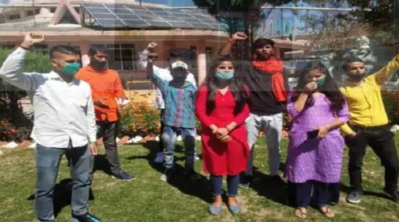 चंपावत में पॉलिटेक्निक कॉलेज बंद करने का विरोध हो रहा है। बुधवार को एबीवीपी कार्यकर्ताओं ने भी जिले में पॉलीटेक्निक कॉलेज बंद होने के विरोध में कलेक्ट्रेट पर प्रदर्शन किया और सरकार से फैसला वापस लेने का विरोध किया।