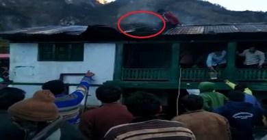 उत्तरकाशी के बड़कोट तहसील के खरसाली गांव में एक घर में सिलेंडर फटने से हड़कंप मच गया। रसोई घर में सिलेंडर फटने के बाद आग लग गई।