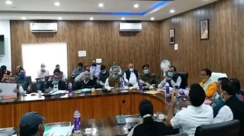 उत्तरकाशी में शनिवार को उच्च शिक्षा मंत्री(राज्य) और जनपद के प्रभारी धन सिंह रावत ने अधिकारी की मीटिंग ली। इस दौरान उन्होंने कमीशनखोरी को लेकर अधिकारियों को फटकार लगाई।