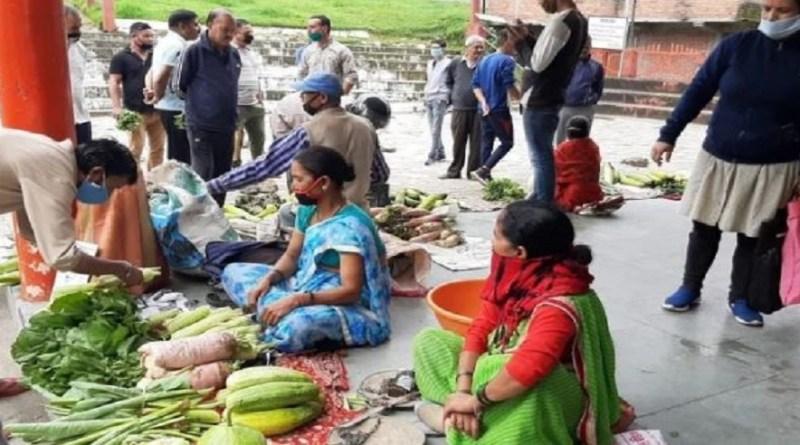 चंपावत के लोहाघाट में सारथी संस्था की पहल पर रामलीला मैदान में रविवार को किसान ग्राहक मंडी लगाई गई। यहां आस-पास के गांव से लोग सब्जियां खरीदने आए और करीब दो घंटे में आठ क्विंटल सब्जियां बिक गईं।