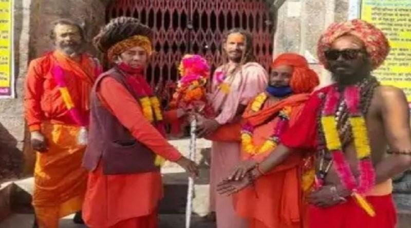 कुमाऊं की काशी बाबा बागनाथ की नगरी से छड़ी यात्रा शनिवार को रवाना हो गई है। बागेश्वर से ये यात्रा अल्मोड़ा जाएगी।