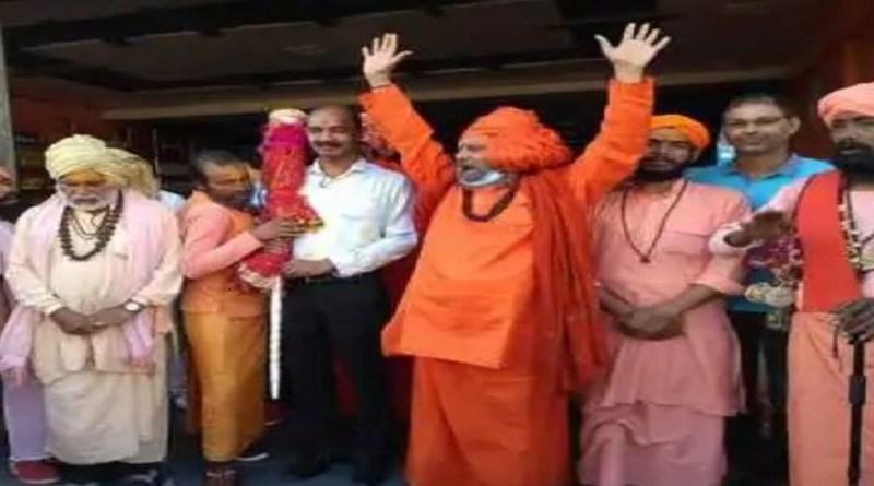 कई शहरों से होती हुई छड़ी यात्रा चंपावत पहुंच गई है। जहां उसका स्वागत किया गया। साधु-संतों ने गोलू मंदिर समेत दूसरे धार्मिक स्थलों पर शीश नवाया।