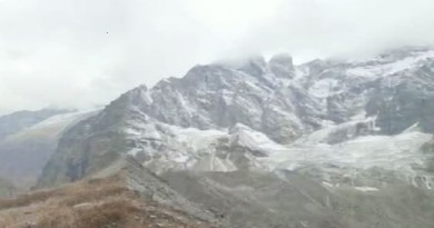 उत्तराखंड के पहाड़ों में ठंड के इस सीजन की बर्फबारी शुरू हो गई है। बदरीनाथ धाम के आसपास की पहाड़ियो में जमकर बर्फबारी हुई है। बदरीनाथ धाम के पास नीलकंठ, नर-नारायण के पहाड़ों पर जमकर हिमपात हुआ है।