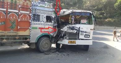 टिहरी गढ़वाल में चम्बा-ऋषिकेश राष्ट्रीय राजमार्ग पर हंसवाड़ गांव के पास सड़क हादसा हुआ है। ट्रक और बस की टक्कर में पांच लोग गंभीर रूप से घायल हो गए।