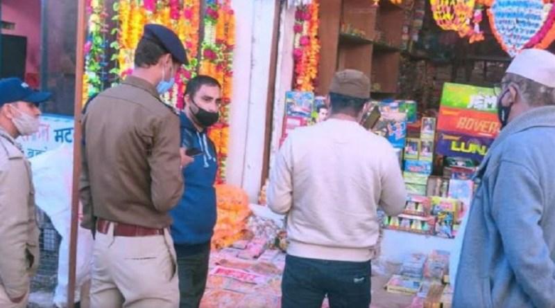 पिथौरागढ़ के बेरीनाग में पटाखों की दुकानों के खिलाफ प्रशासन ने कार्रवाई की है। ये कार्रवाई पटाखा बेचेने के नियमों का उल्लंघन करने पर हुई है।