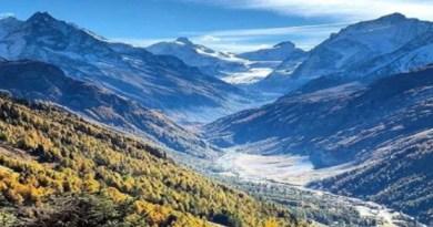 उत्तराखंड पहाड़ों से घिरा हुआ देश का ऐसा प्रदेश जहां घूमने के लिए बहुत सी घूबसूरत जगह हैं। आप प्रकृति की गोद में जाना चाहते हैं तो आपको एक बार पहाड़ों के इस राज्य में जरूर आना चाहिये।