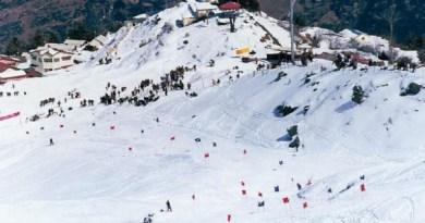 उत्तराखंड में ठंड के मौसम में पर्यटकों की तादाद बढ़ गई है। इस मौसम में बर्फबारी की वजह लोग यहां घूमने आते हैं।