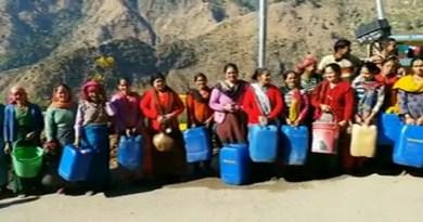 टिहरी गढ़वाल के नगर पंचायत लंबगांव के वार्ड नंबर 34 के लोग पानी की किल्लत से जूझ रहे हैं।