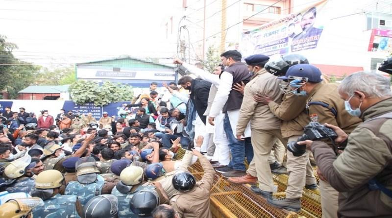 उत्तराखंड में बढ़ती बेरोजगारी और रोजगार की मांगों को लेकर कांग्रेस के नेता और कार्यकर्ता देहरदून में सोमवार को विधानसभा का घेराव करने पहुंचे।