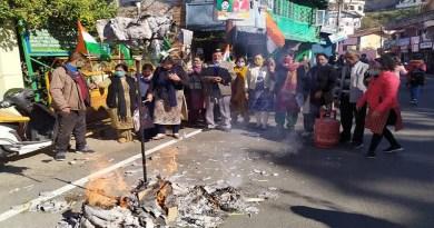 पेट्रोल, डीजल और गैस सिलेंडर की बढ़ती कीमतों और महंगाई के खिलाफ अल्मोड़ा महिला कांग्रेस ने प्रदर्शन किया।