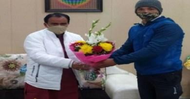 दुनियाभर में पहाड़ ना बढ़ा रहे युवा मुक्केबाद जयदीप को सम्मानित किया गया है। उच्च शिक्षा मंत्री डा. धन सिंह रावत ने उन्हें सम्मानित किया है।