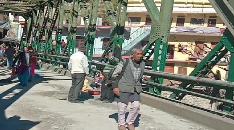 धनौल्टीः दो महीने बाद थत्यूड़ पुल से पैदल आवाजाही हुई शुरू, लोगों ने ली राहत की सांस