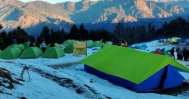 बर्फबारी के बाद पहाड़ी इलाकों में पर्यटकों की आमद बढ़ गई है। उत्तरकाशी में भी बर्फबारी के केदारकांठा सांकरी क्षेत्र में रिकॉर्ड तोड़ पर्यटक पहुंच रहे हैं।