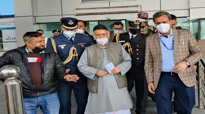 उत्तराखंड के दिग्गज नेता और महाराष्ट्र के राज्यपाल भगत सिंह कोश्यारी देहरादून पहुंच गए हैं। वो देहरादून प्राइवेट प्लेन से पहुंचे हैं।