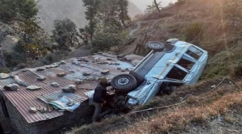 अल्मोड़ा में दिल्ली से द्वाराहाट आ रही एक टाटा सूमो के खाई में गिरने से दो लोगों की मौत हो गयी जबकि पांच लोग घायल हो गए हैं।