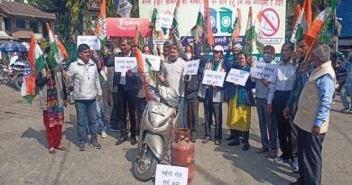 उत्तराखंड के श्रीनगर में पेट्रोल-डीजल और रसोई गैस की बढ़ती कीमतों के खिलाफ कांग्रेस ने प्रदर्शन किया।